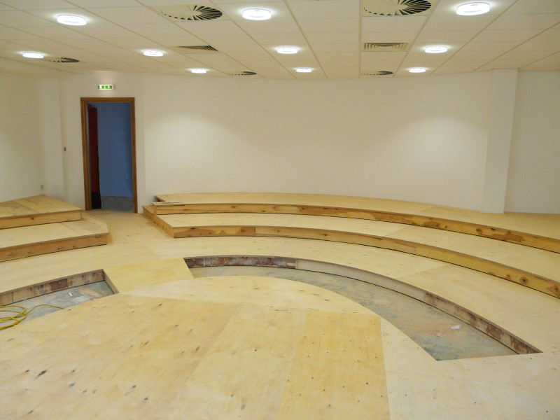 Low tiered floor wooden structure in a small lecture theatre